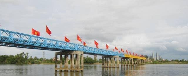 Cầu Hiền Lương - sông Bến Hải bị sơn màu chia cắt