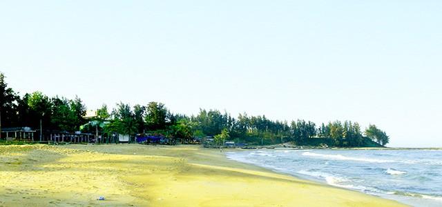 Đi bộ trên bãi biển Cửa Tùng
