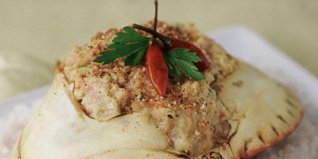 Thịt chả được nhồi trong mai cua rất công phu