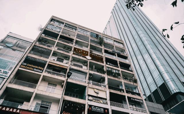 Cảnh buôn bán sầm uất ở căn chưng cư 42 Nguyễn Huệ (Ảnh ST)