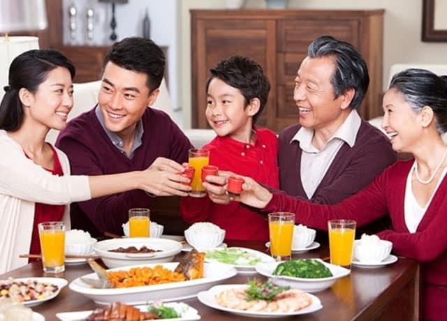 Bữa cơm gia đình ấm cúng bên nhau