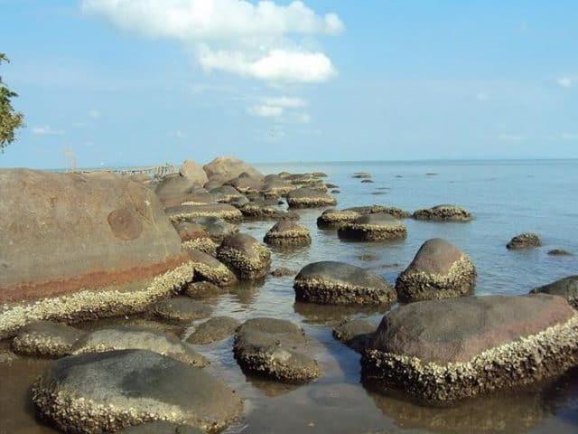 Không gian biển xanh xen kẽ các mỏm đá nhấp nhô