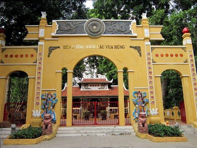 Đền tưởng niệm các vua Hùng trong khuôn viên công viên