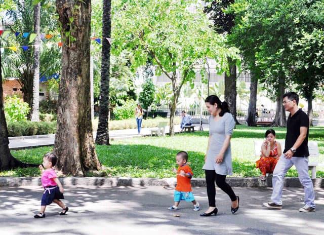 Một gia đình dạo mát trong công viên