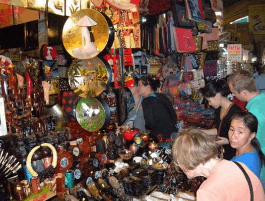 Các món đồ thổ công mỹ nghệ trong chợ Bến Thành (Ảnh ST)