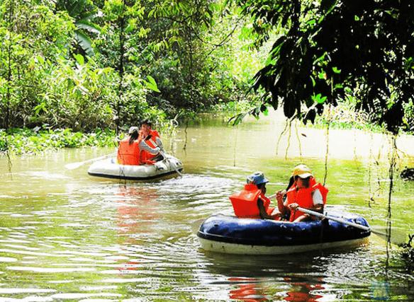 Chèo thuyền trên sông ở khu du lịch ven sông Bình Mỹ (Ảnh ST)