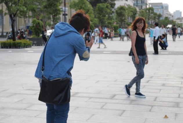 Các bạn trẻ tới phố Nguyễn Huệ để chụp ảnh (Ảnh ST)
