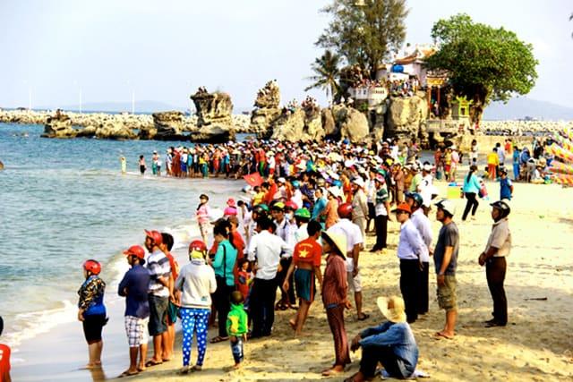 Người dân hướng ra biển xem đua thuyền