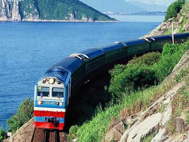 Di chuyển tàu hỏa đến khu di tích lịch sử Kim Liên
