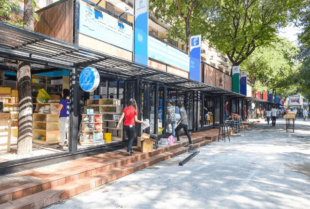 Nhiều gian sách khác nhau trên đường sách Nguyễn Huệ (Ảnh ST)