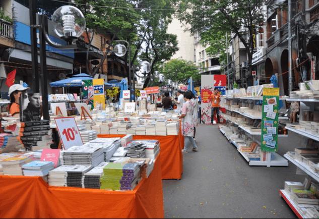 Rất nhiều loại sách trên đường sách Nguyễn Huệ (Ảnh ST)