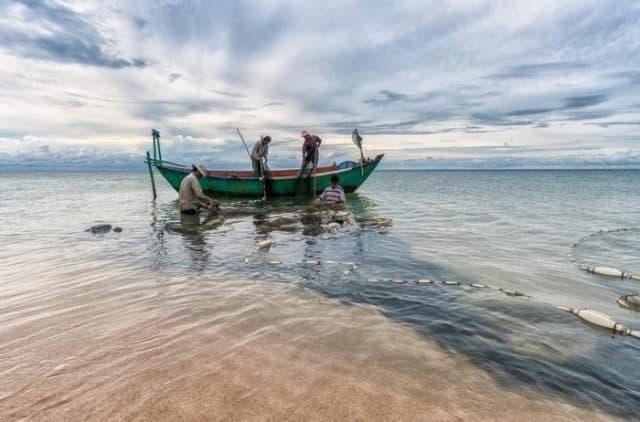 Ngư dân chủ yếu mưu sinh bằng nghề đi biển