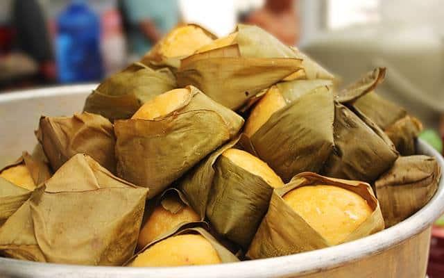 Bánh được gói bằng lá chuối và hấp trong nồi