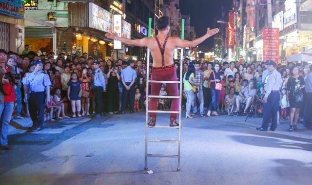ác màn trình diễn đường phố thu hút đông đảo sự quan tâm của mọi người