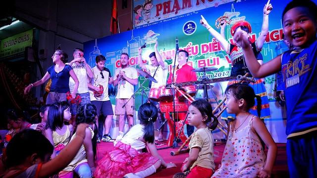 Du khách nước ngoài giao lưu tại sân khấu nhạc dân tộc