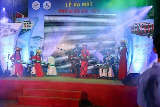 Nghệ sĩ biểu diễn tại sân khấu nhạc dân tộc