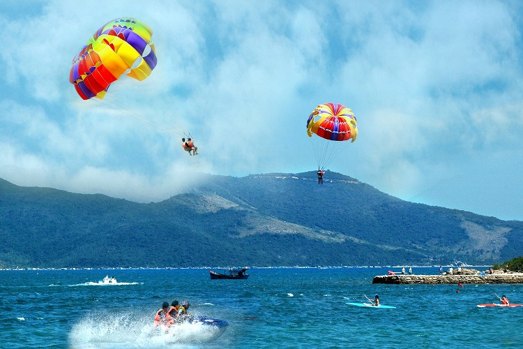 Nếu bạn ưa thích thể thao mạo hiểm như nhảy dù thì đảo Hòn Mun là nơi dành cho bạn