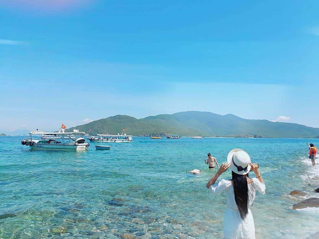Đứng trước sóng biển Hòn Mun cảm nhận vẻ đẹp đất trời