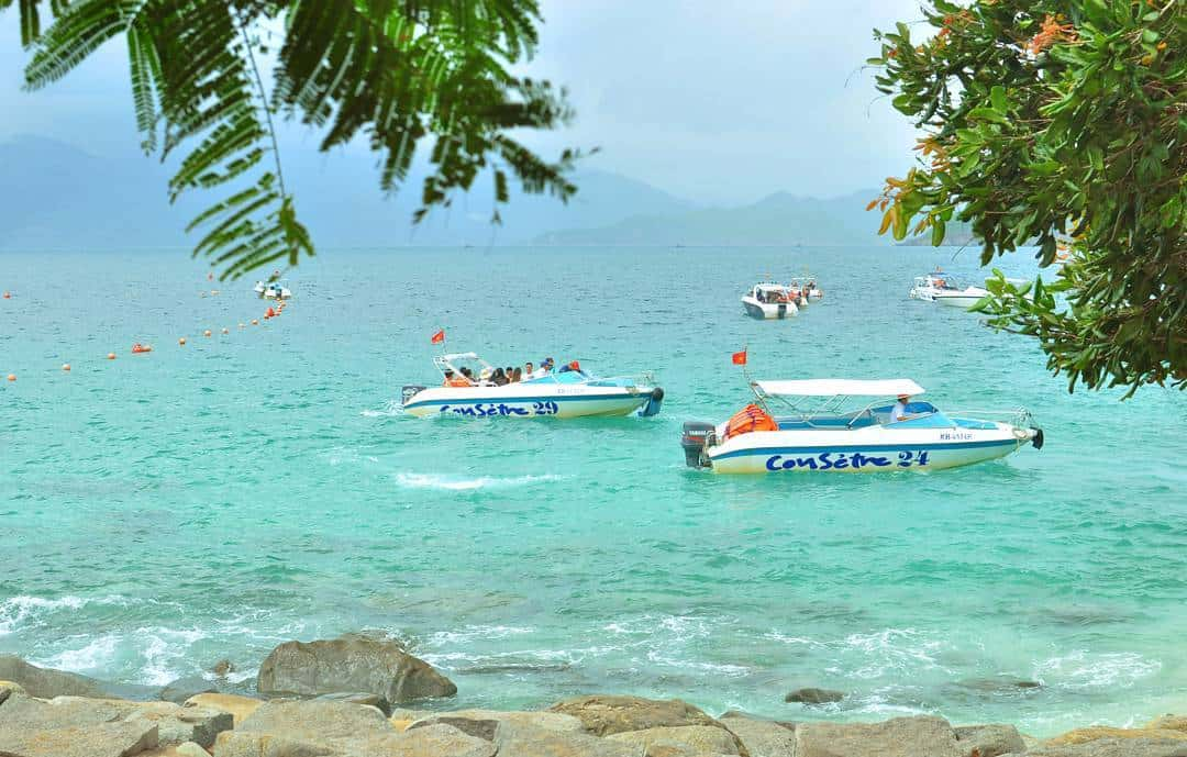 Du thuyền trên bãi biển ở đảo Hòn Mun