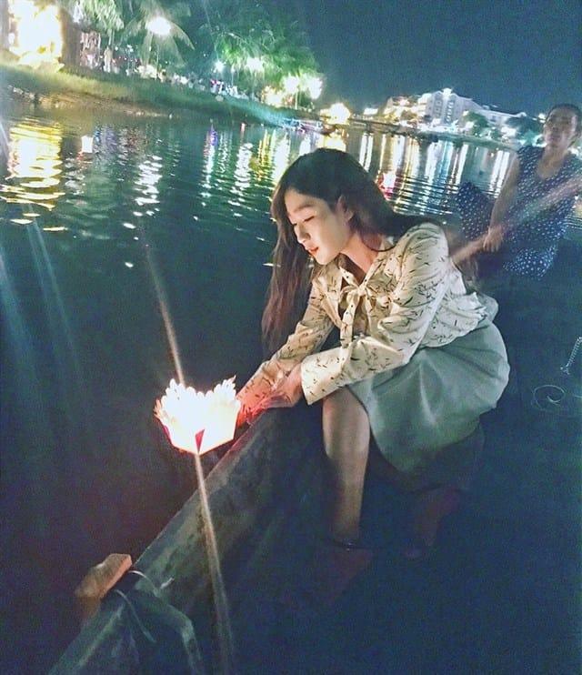 Bạn sẽ thấy hạnh phúc khi được thả đèn hoa đăng (Ảnh ST)
