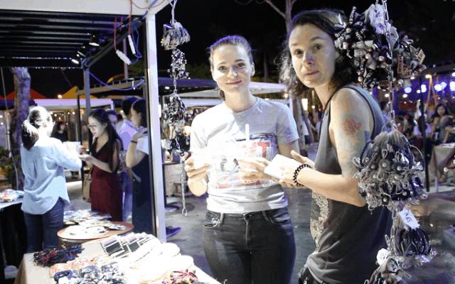 Khách du lịch cũng thích thú với chợ phiên Đà Nẵng
