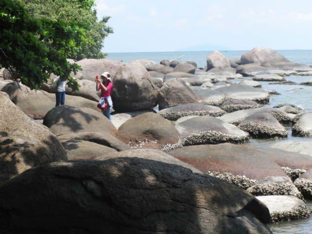 Những tảng đá lớn hình chiếc chén úp
