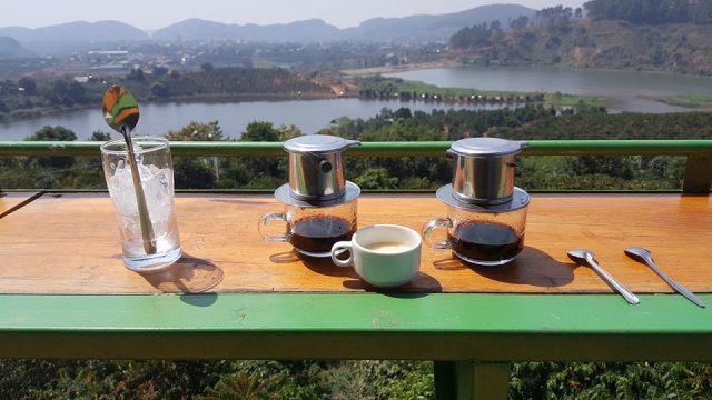 Thưởng thức cà phê ở Mê Linh Coffee Garden