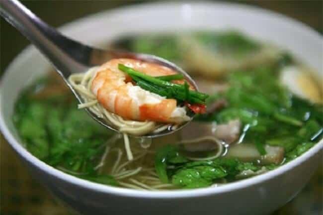 Ăn sáng với mì vằn thắn phố Nguyễn Biểu