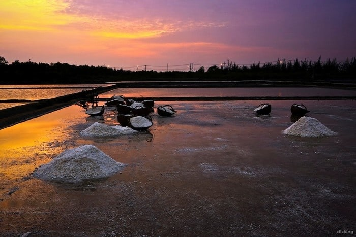 Ráng chiều trên những cánh đồng muối