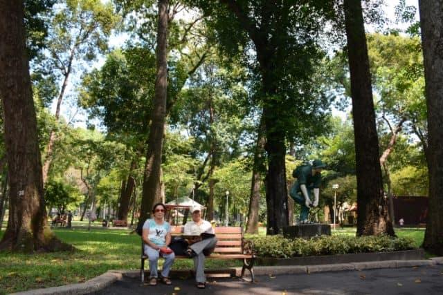 Người già ngồi hóng mát trong công viên Tao Đàn