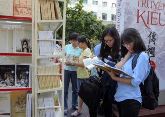 Các bạn trẻ rất thích tới đọc sách ở đường sách Nguyễn Huệ (Ảnh ST)