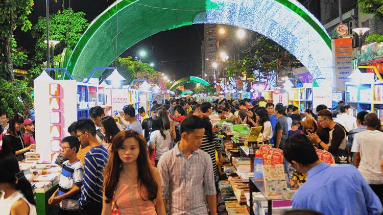 Rất nhiều người tham gia dịp lễ hội ở đường sách Nguyễn Huệ (Ảnh ST)