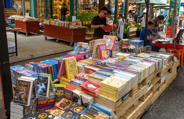 Nhiều loại sách được bán trên đường sách Nguyễn Huệ (Ảnh ST)