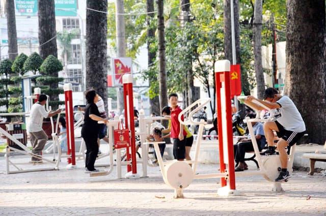 Người dân tập thể thao tại công viên Tao Đàn