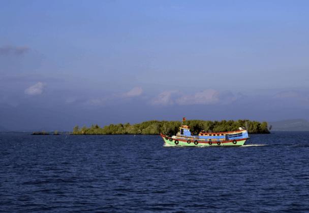 Tàu ra xã đảo Thạnh An (Ảnh ST)