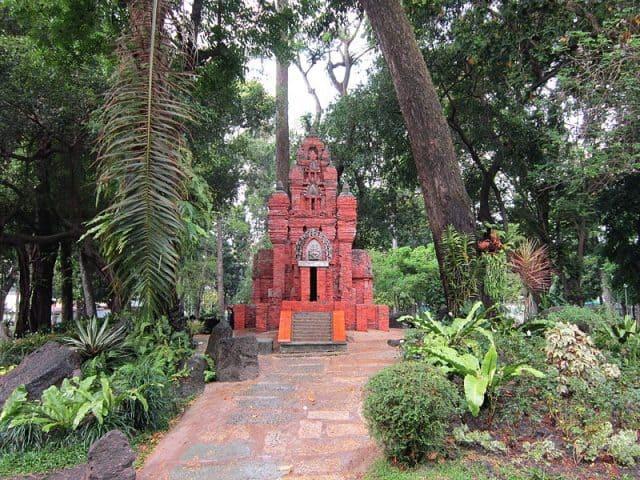 Tháp Chăm trong công viên Tao Đàn