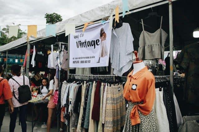Đồ thời trang hợp túi tiền tại chợ phiên Đà Nẵng