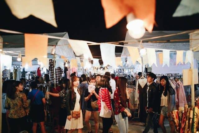 Khách du lịch cũng thích thú với chợ phiên Đà Nẵng 01