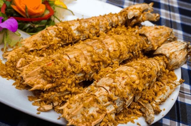 Tôm tít cháy tỏi là món ăn đặc sản của vùng Cần Giờ