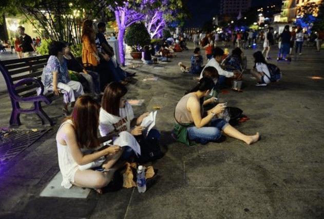 Giới trẻ tụ tập nói chuyện trên phố Nguyễn Huệ (Ảnh ST)