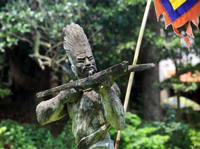 tượng tướng quân Cao Lỗ trong khu di tích Cổ Loa