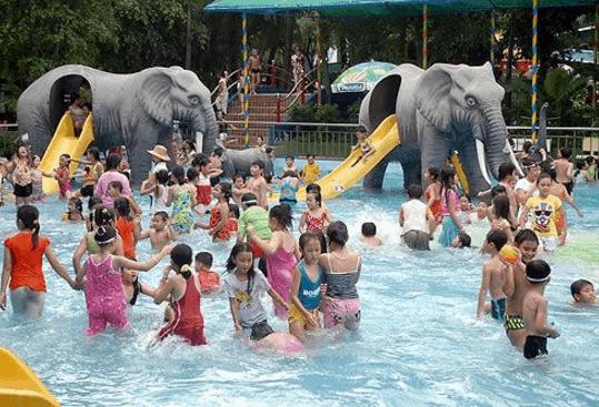 Trẻ em nô đùa trong công viên nước Đầm Sen (Ảnh ST)
