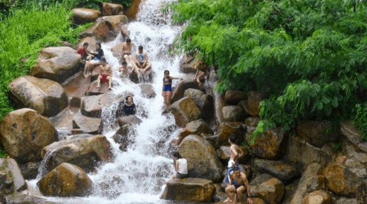 Tắm suối trong khu du lịch Thủy Châu (Ảnh ST)
