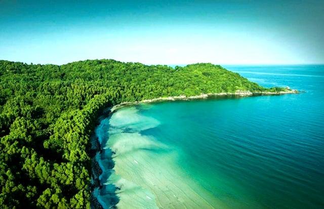 Từ xa hòn đảo xanh mướt như ngọc