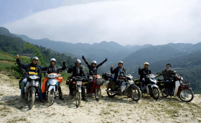 Nhiều bạn trẻ lựa chọn xe máy để ra xã đảo Thạnh An (Ảnh ST)