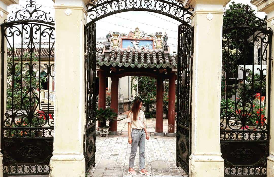 Cổng vào bằng sắt với họa tiết kiểu dinh thự Pháp