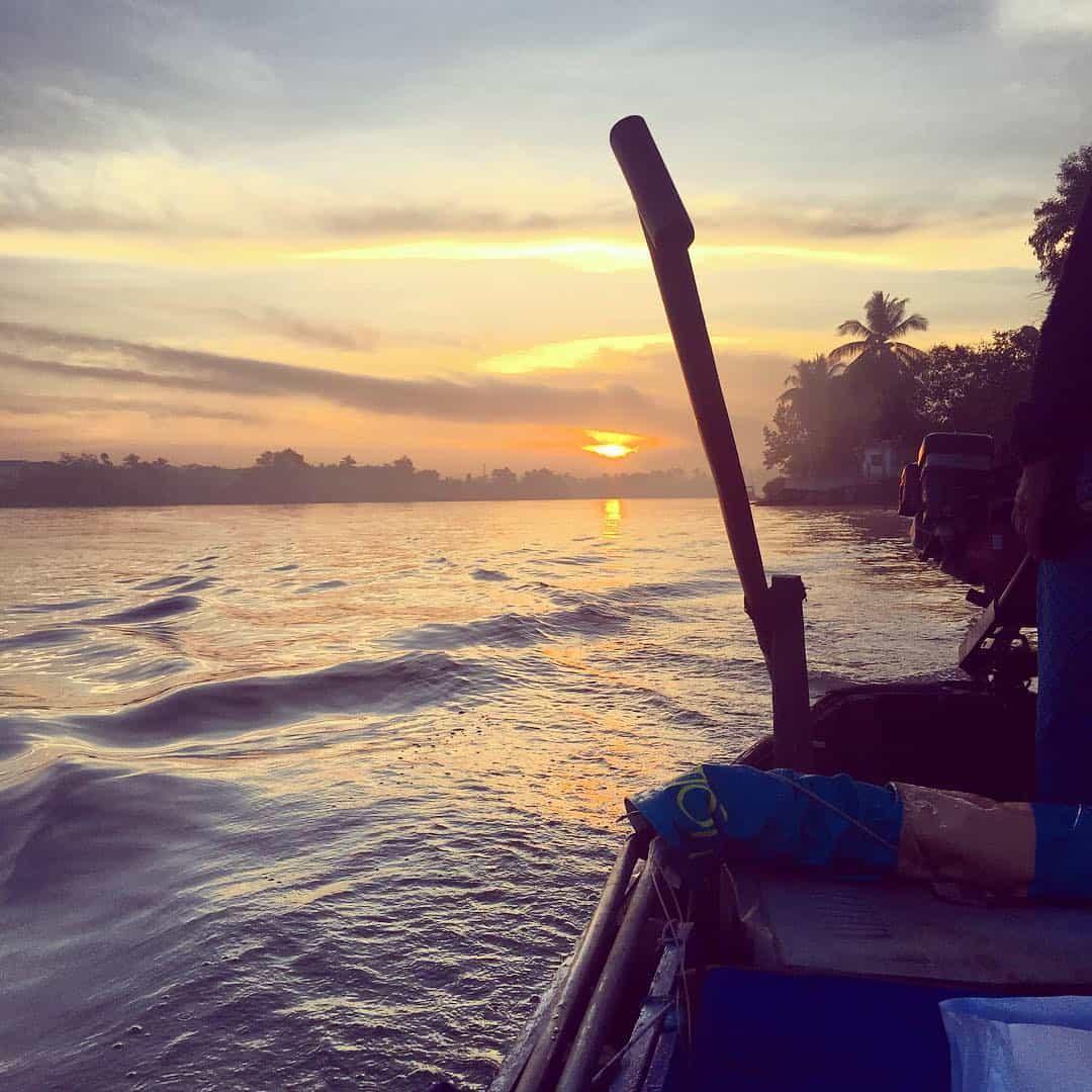 Thử cảm giác trèo thuyền trên sông nước
