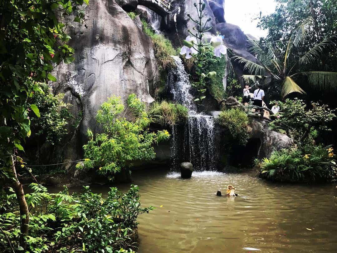 Ao nước trong làng