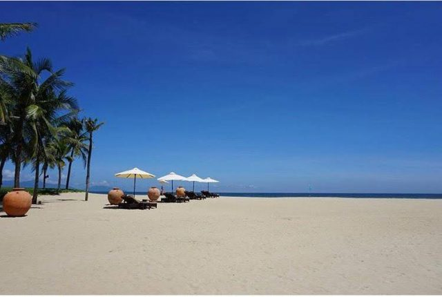Miền cát Hà My mịn màng giữa biển xanh (Ảnh ST)
