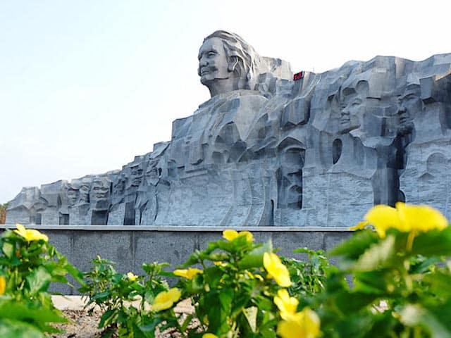 Khu tượng đài Mẹ Thứ là điểm tham quan thu hút rất nhiều lượt du khách gần xa đến đây